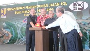 Menteri PU, Djoko Kirmanto (tengah) meresmikan pembangunan jalan tol ruas Pejagan-Pemalang di Brebes Jawa Tengah.