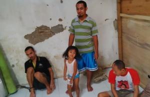 Jhoni Liunesi dan anaknya (tengah) bersama Dani (kiri) dan Husein (kanan) di rumah Pemulihan Cirebon.
