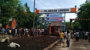 Ratusan warga pesisir mendatangi Pelabuhan Cirebon.