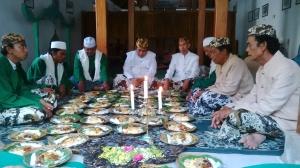 Sebelum menikmati bubur sura, Sultan Kacirebonan, Abdul Gani Natadingrat (tengah) berdoa bersama keluarga dan kerabat keraton.