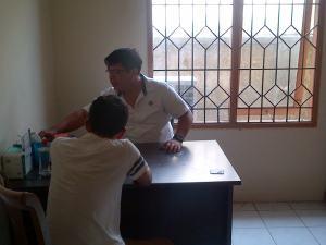 Petugas (kemeja putih berkerah garis hitam) tengah memeriksa pengedar sabu-sabu di Kantor BNN Kota Cirebon.
